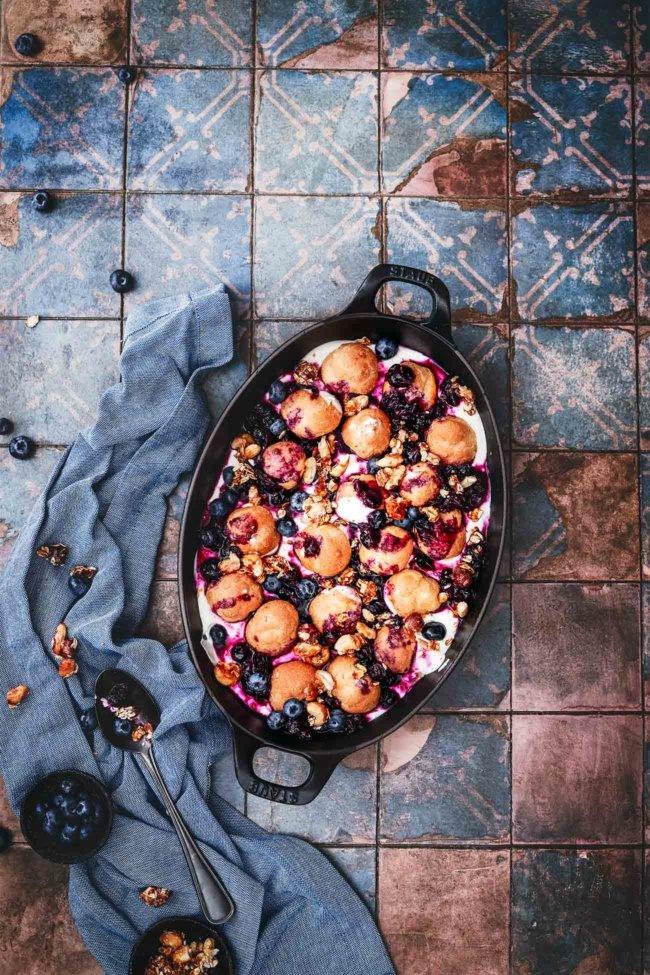"""Zeit für ein Dessert! Ein """"ratzfatz""""-Dessert, dass einfach alle mögen werden. Sahnige Windbeutel auf Schmandsahne mit Heidelbeerkompott und karamellisierten Nuss-Topping. Klingt schon ziemlich lecker, oder?"""