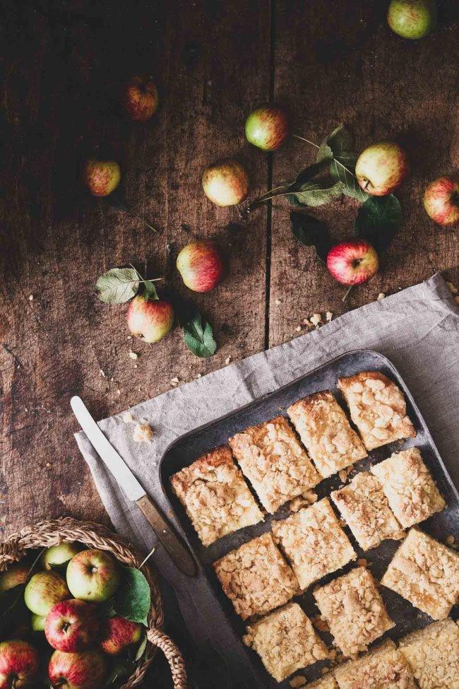 Ich liebe die Apfel-Saison mit all ihren leckeren Rezepten. Wie diesen wirklich einfachen Blechkuchen mit Vanillepudding und Streuseln. Fruchtig, fluffig und so lecker.
