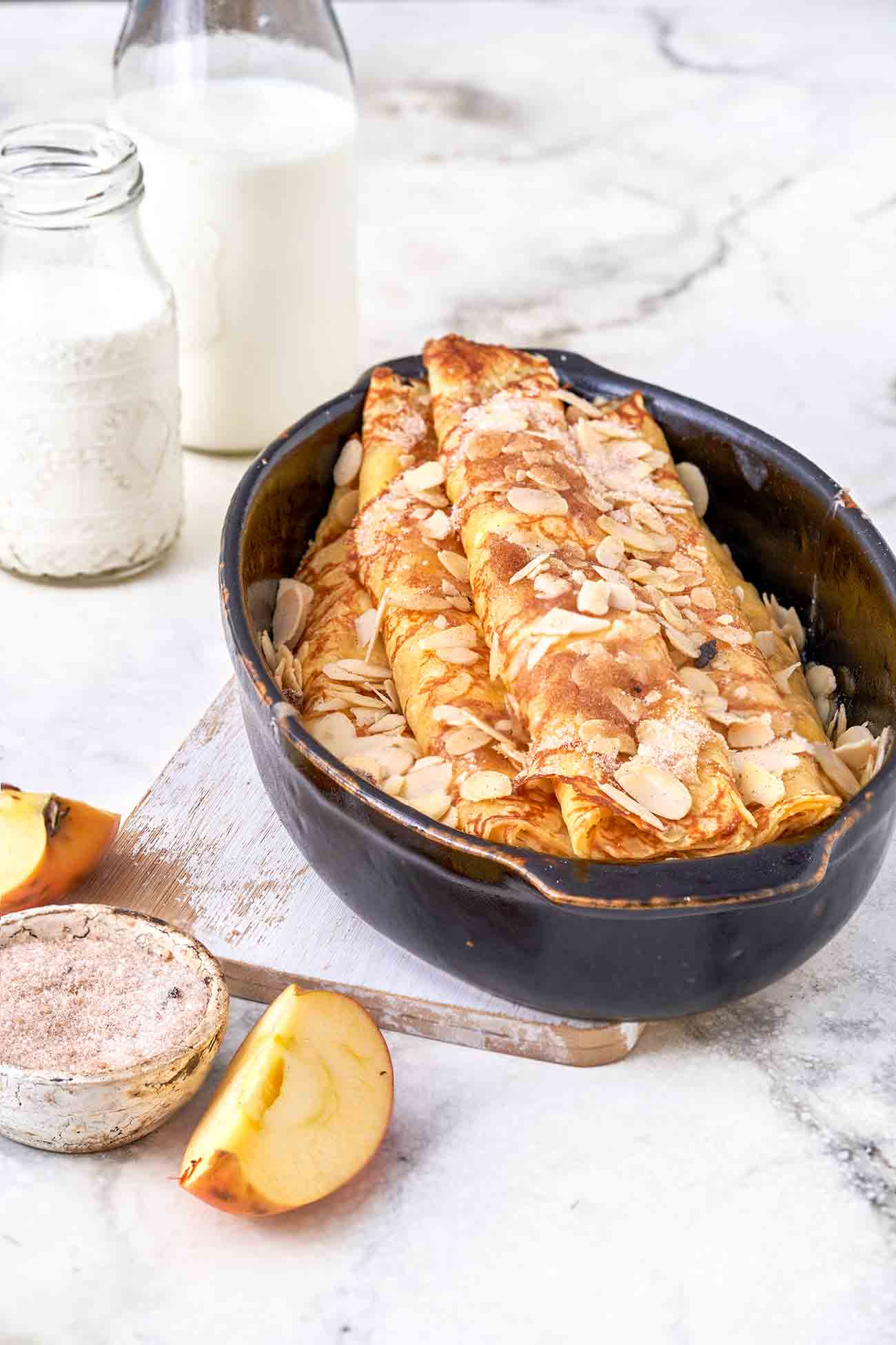 Lust auf ein warmes Dessert? Wie klingen gefüllte Pfannkuchen mit Schmand und Apfelmus und knusprigen Mandelblättchen? Für mich auf jeden Fall sehr verführerisch. Probiert es mal aus.