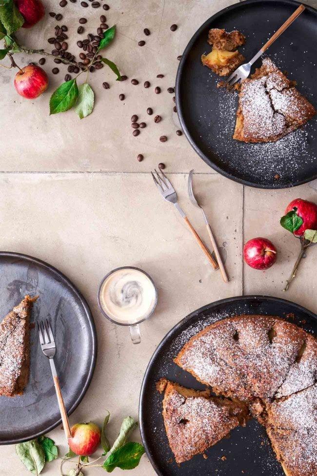 Ich liebe es, wenn der Apfelkuchen eine leichte Karamellnote erhält. Verstärkt wird das noch durch die Zugabe eines starken Espresso. Ich habe dazu den Espresso aus der Jacobs Barista Editions genommen, da er eine leicht würzige Note hat, die perfekt zum Apfelkuchen passt. Probiert das einfach mal aus.