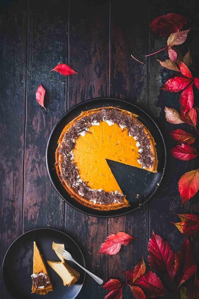 Dies ist wohl der am einfachsten zuzubereitende Käsekuchen der Welt. Ein superleichter Käsekuchen ohne Boden mit einer unglaublich cremigen Kürbisfüllung voller Gewürze. Geschmacklich ist das der Herbst in einen Kuchen gepackt.