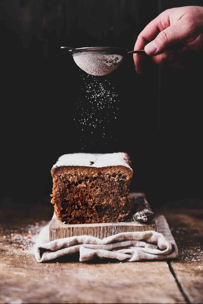 Duftet es bei euch schon ein wenig nach Weihnachten? Bei mir reicht es schon, wenn ein Kuchen mit Zimt im Ofen ist, um ein bisschen in Weihnachtsstimmung zu kommen. Den Rest erledigen Duftkerzen und Glühwein (ist ja schließlich schon kalt draußen). Hier das Rezept für einen zimtigen Schokoladenkuchen