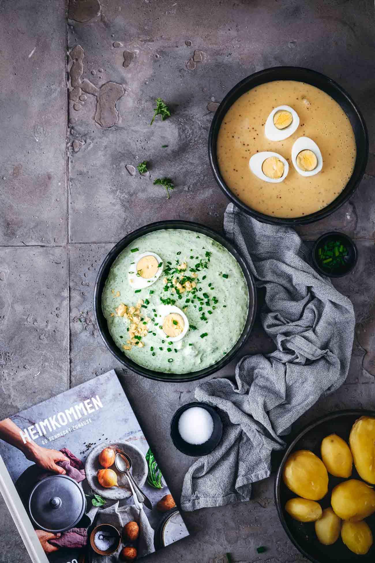 """Was bedeutet """"Heimkommen"""" für Dich? Ich liebe dieses Wort und beschäftige mich schon lange mit der Bedeutung, dem Gefühl. Heimkommen ist für mich eines der schönsten Gefühle, die es gibt, denn es ist für eng verknüpft mit """"Geborgenheit"""", """"Sorglosigkeit"""" und hat viel mit """"wohlfühlen"""" zu tun. Beim Durchblättern des neuen Kochbuchs """"Heimkommen – so schmeckt Zuhause"""" von @edeka hatte ich eine Achterbahnfahrt voller Heimkommen-Gefühle, denn so viele Gerichte (und die dazugehörigen Düfte) haben mich an meine Kindheit erinnert, an meine Mama, aber auch an einige Menschen, die ich tief in mein Herzen geschlossen habe. Ich habe mich für ein einfaches, aber wirklich tolles Rezept entschieden, welches gleich zwei Erinnerungen in mir freisetzt. Meine erste Grüne Sauce habe ich von meinem besten Freund Sven serviert bekommen, der aus Hessen kommt (ich bin ja """"nur"""" zugezogen). Sven ist Heimat für mich, fast seelenverwandt. Bei und mit ihm fühle ich mich einfach wohl. Die Senfsoße erinnert mich an Samstage bei meiner Mutter. Samstags gab es immer """"schnelle"""" Küche: Suppe, Nudeln und eben auch Kartoffeln mit Senfsoße und Eiern, die ich besonders geliebt habe."""